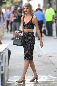 taylor-swift-crop-top-nyc-street-style__oPt